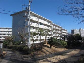 港南台ひばり団地12号棟の外観